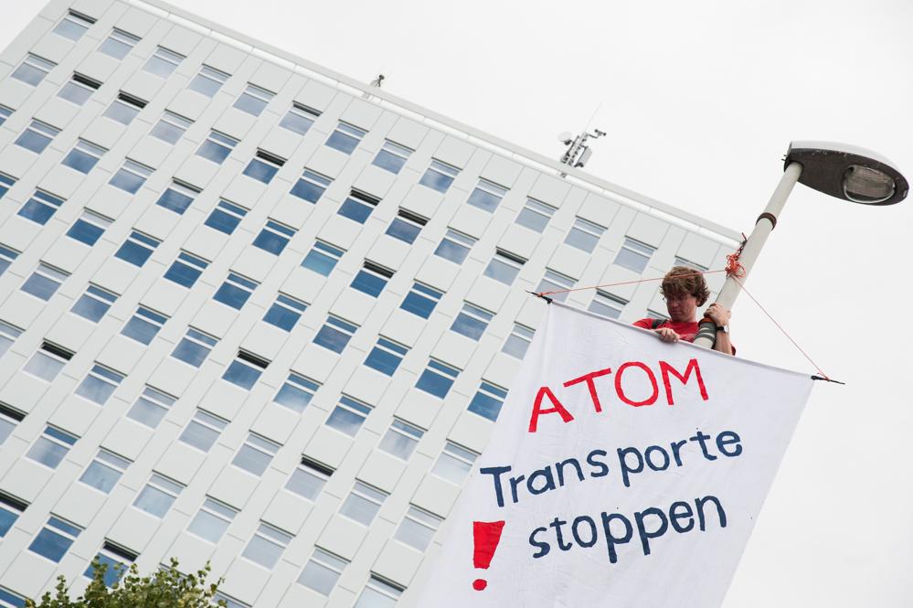 Anti-Atom-Protest_vor_Ministerium_für_Energiewende usw.-klein-2